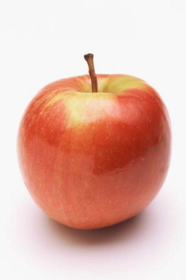 Comer manzana: generalmente, uno se la come por el lado más curvo. Error. Se desaprovecha su 30%. Hay que comenzar a comerla desde abajo. Foto:vía Getty Images