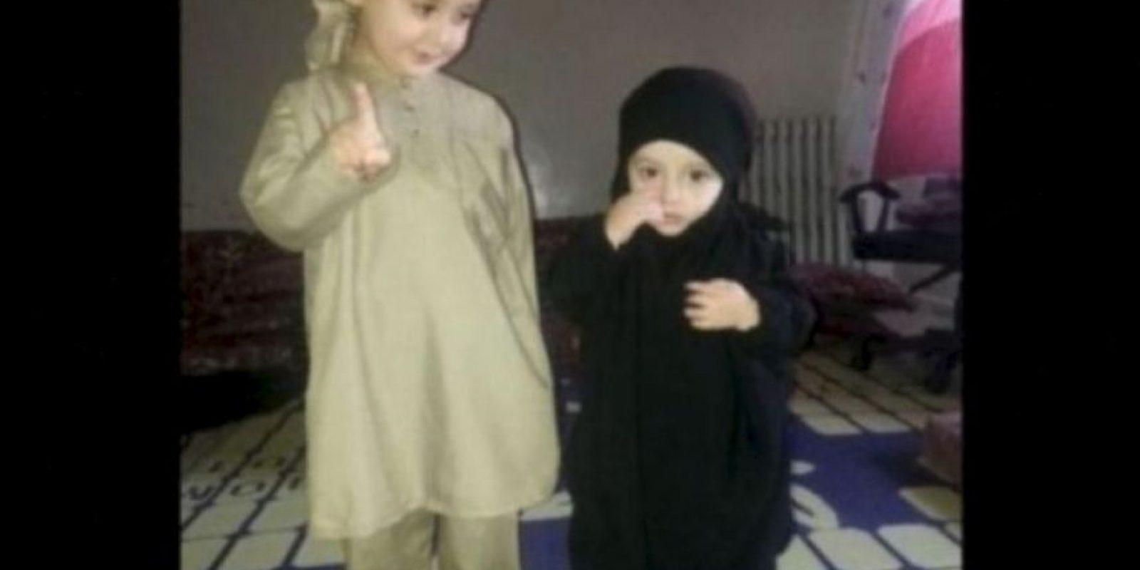 A través de redes sociales, EI ha difundido imágenes de bebés y niños vestidos como yihadistas o como sus militantes. Foto:Twitter.com – Archivo