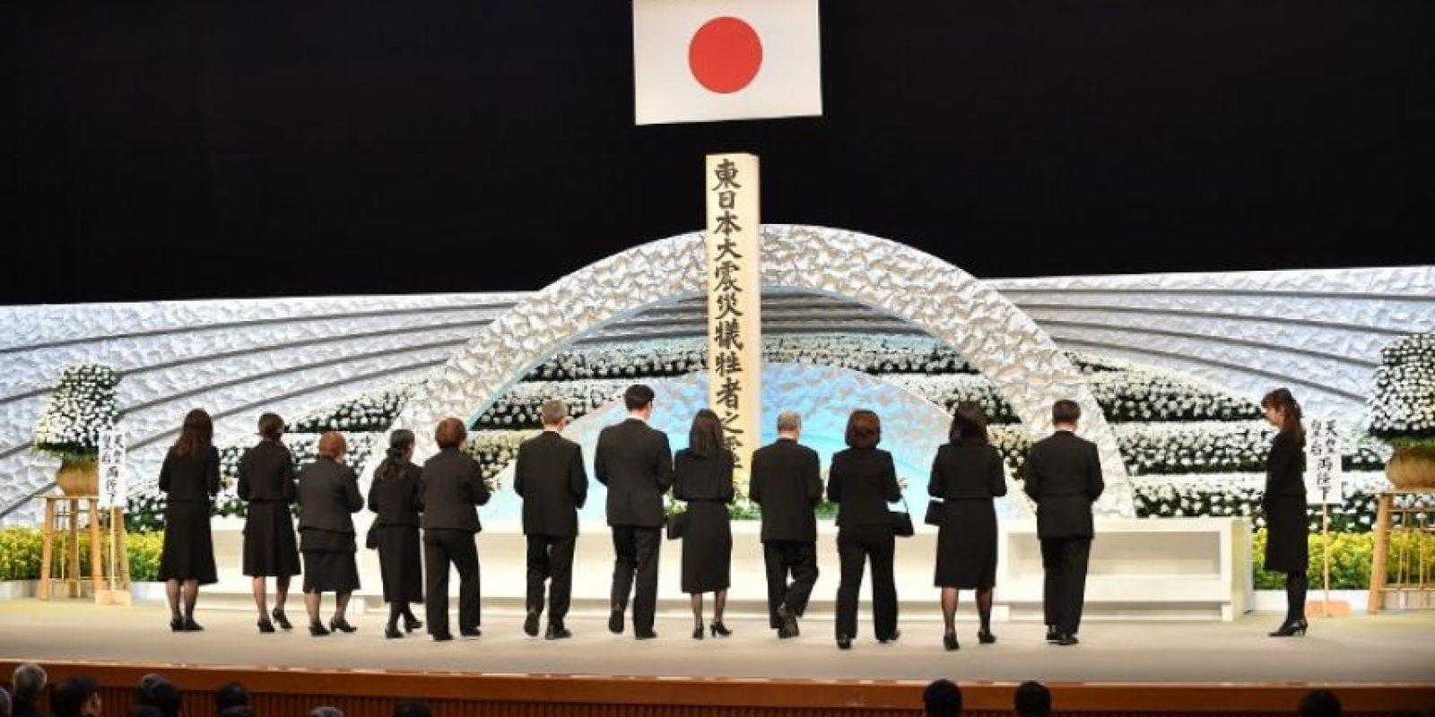 Se dieron cita el emperador Akihito, el primer ministro japonés, Shinzo Abe y familiares de las víctimas en el Teatro Nacional de Tokio. Foto:AFP