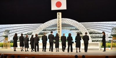 Se dieron cita el emperador Akihito, el primer ministro japonés, Shinzo Abe, y familiares de las víctimas en el Teatro Nacional de Tokio Foto:AFP
