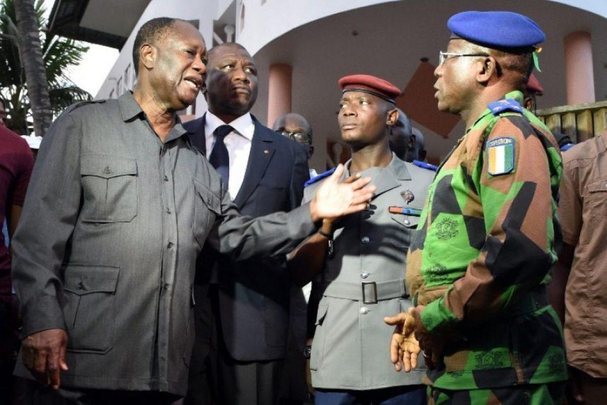 El presidente Alassane Ouattara (izq) se presentó a una de las escenas del crímen Foto:AFP