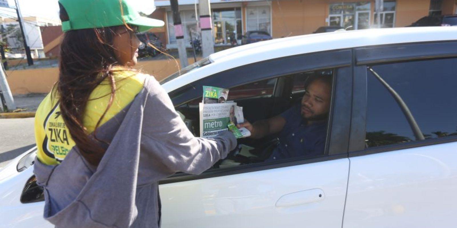 Una promotora entrega un ejemplar a un conductor. Foto:Metro RR