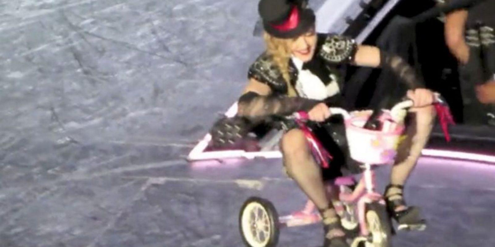 Condujo un triciclo… y más tarde se cayó… Foto:Grosby Group