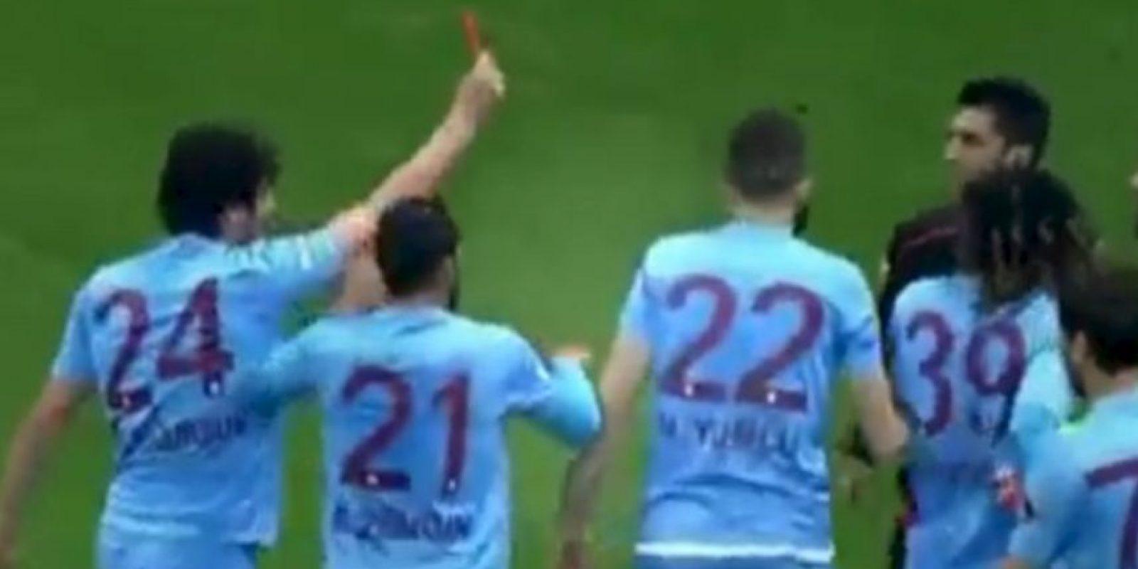 """El árbitro perdió la tarjeta roja y fue """"expulsado"""" por otro miembro del equipo. Foto:Twitter"""