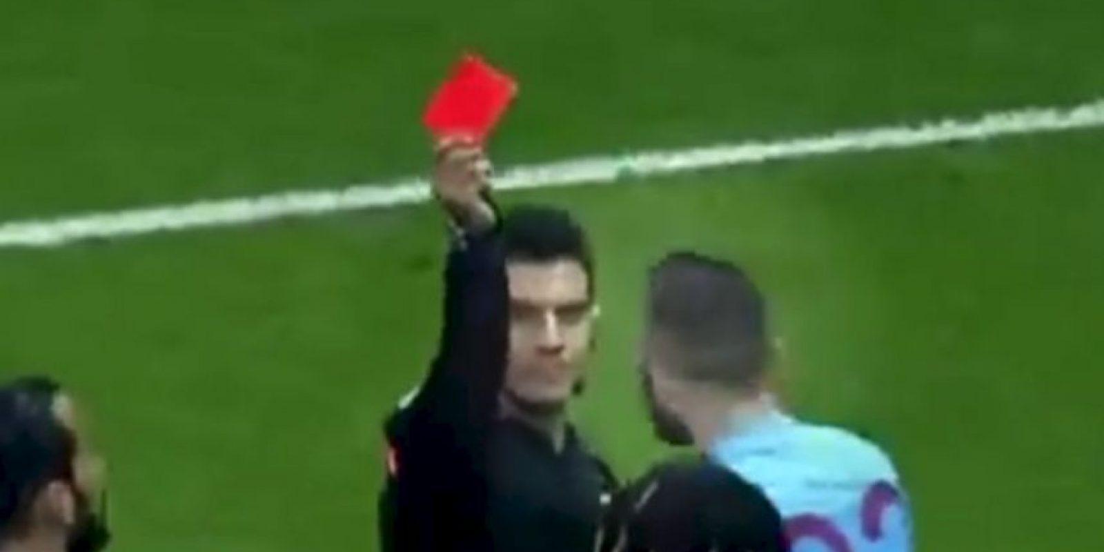 En Turquía, en el encuentro entre Galatasaray y Trabzonspor, el árbitro expulsa a Luis Pedro Cavanda. Foto:Twitter