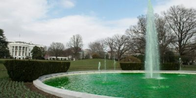 Algunos monumentos comenzaron a colorearse de verde Foto:AFP