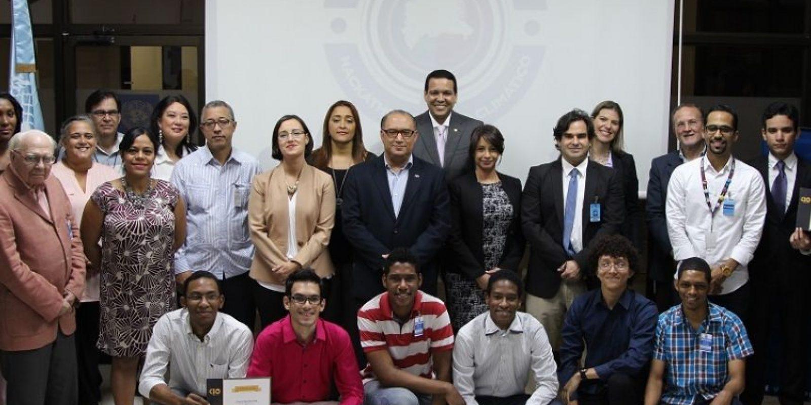 |Ganadores de los tres primeros lugares del Climathon, junto a representantes de las instituciones organizadoras y patrocinadoras. Foto:Fuente Externa