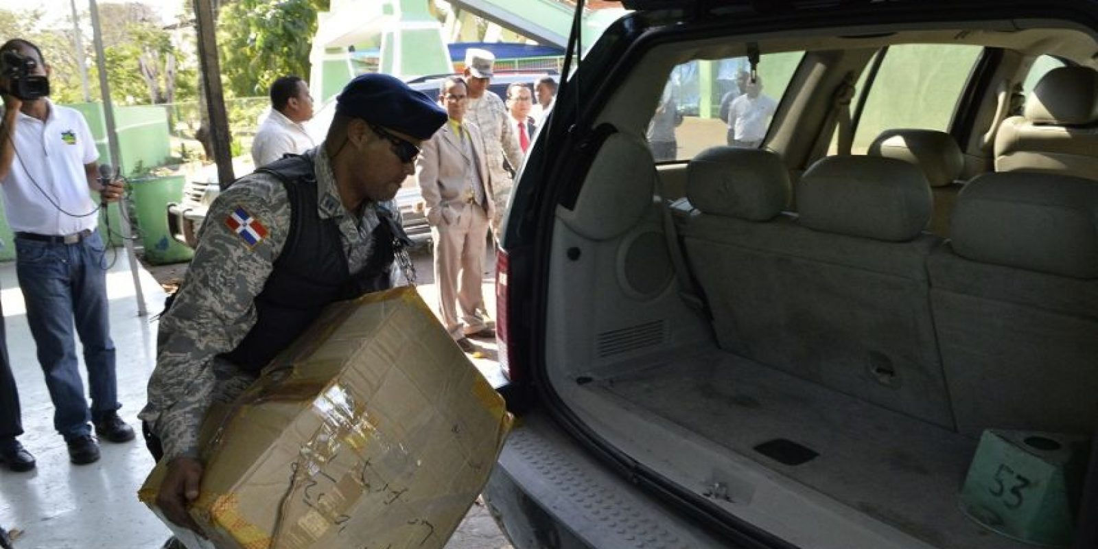 Miembros del Pepca salen de Fedofútbl con una caja aparentemente llena de documentos. Foto:Roberto Guzmán