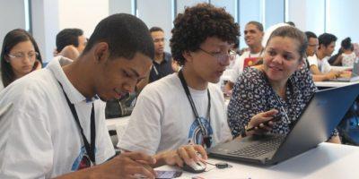 Una de las mentoras orienta a uno de los equipos de jóvenes que participaron en el Climathón. Foto:Fuente Externa