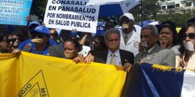 Con las bocas selladas, médicos protestan frente al Palacio