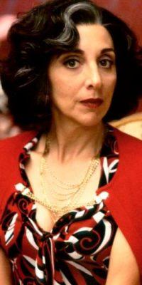 """Andrea Martin era la entrometida y aguda """"Tía Voula"""". Uno de los mejores personajes por su atuendo y carácter. Foto:vía IFC Films"""