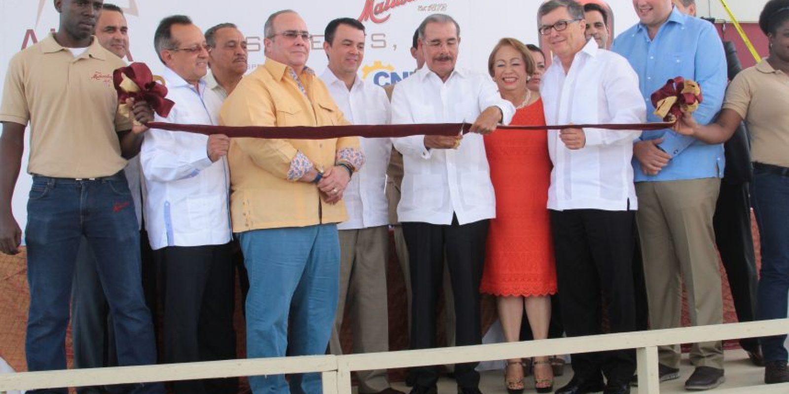 Danilo Medina al cortar la cinta inaugural Foto:Fuente Externa