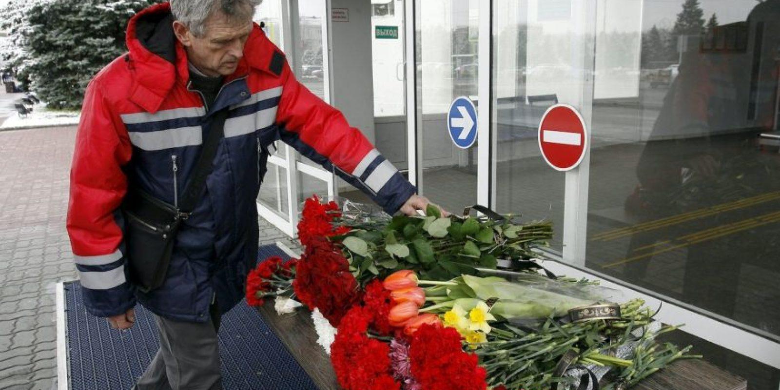 En el aeropuerto de Rostov se vieron tributos para los fallecidos en el accidente del vuelo FZ891 de Flydubai Foto:AFP