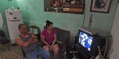 Familias cubanas siguieron su llegada a través de la televisión Foto:AFP