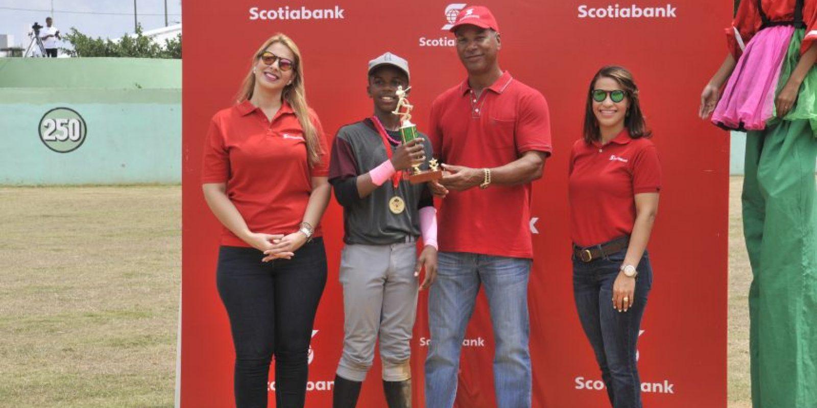 Adael Amador recibe su trofeo de Más Valioso de la Gran Final de mano de Moisés Alou y las ejecutivas de Scotibank Ana Abreu y Lissa Jiménez. Foto:Fuente Externa