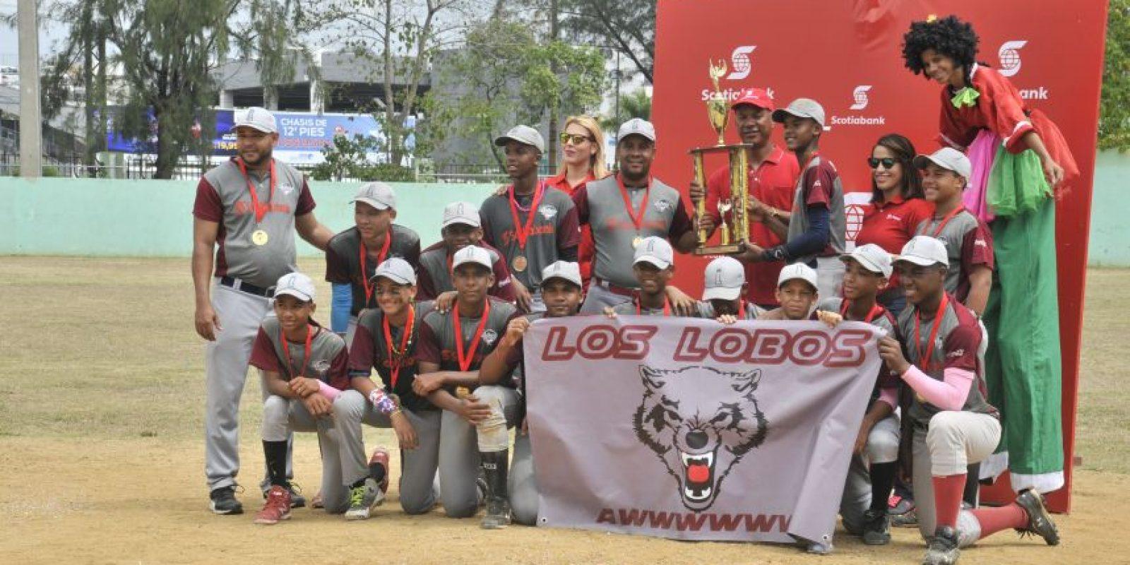 Cristian Pimentel y su equipo Lobos del Distrito reciben el trofeo de campeones entregado por Moisés Alou y las ejecutivas de Scotibank Ana Abreu y Lissa Jiménez. Foto:Fuente Externa