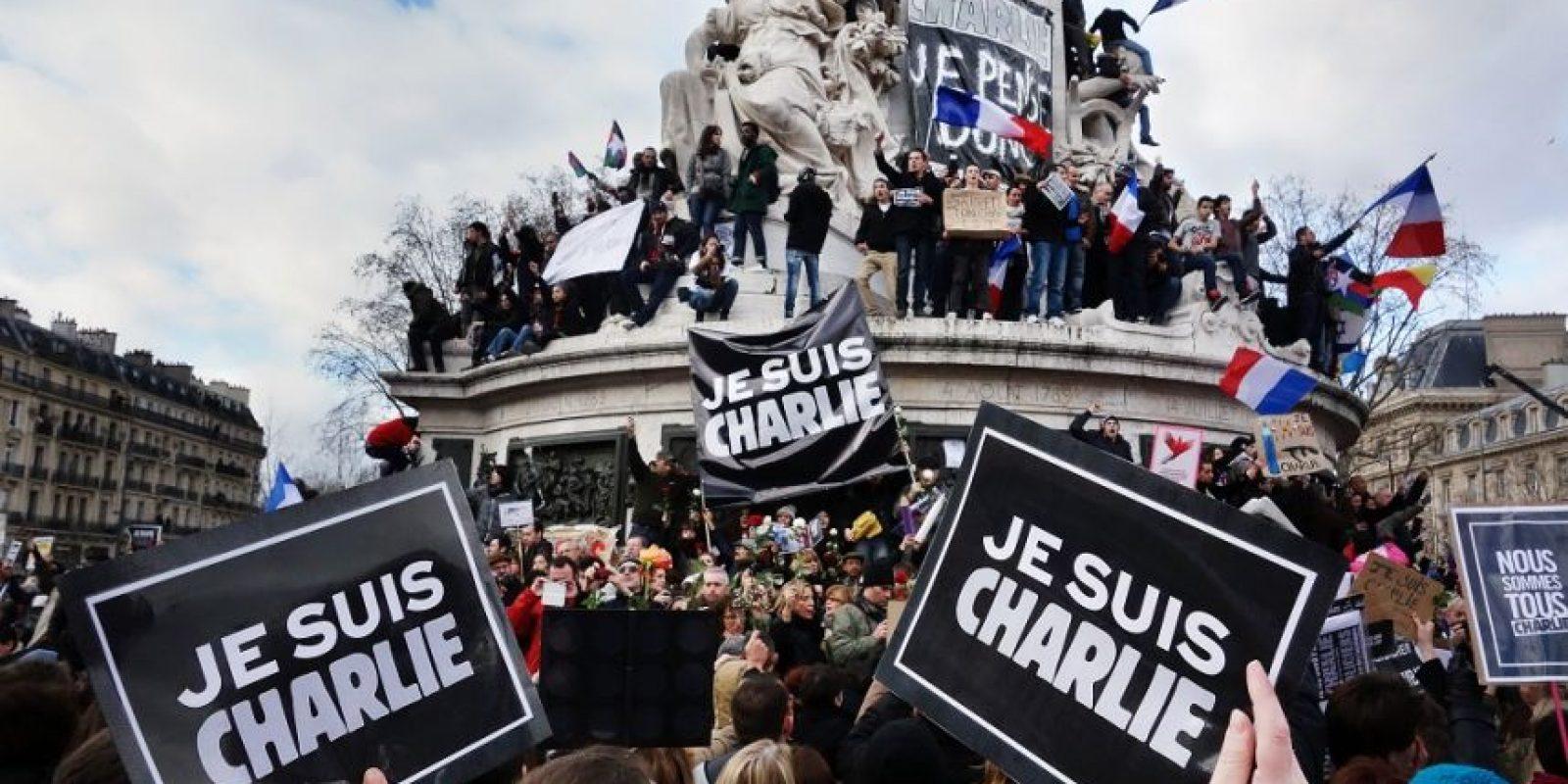 """#JesuisCharlie. La etiqueta que significa """"Soy Charlie"""" fue muy popular en todo el mundo el año pasado después del ataque mortal contra las oficinas de la revista satírica Charlie Hebdo en París. Se ha convertido en uno de los hashtags más utilizados en la historia de Twitter, ya que fue utilizado a una velocidad de 6.500 veces por minuto y contó con 3.4 millones de tweets en un período de 24 horas. Foto:Fuente Externa"""