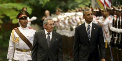 Antes del encuentro, Obama rindió homenaje con una ofrenda floral a la estatua de José Martí en la Plaza de la Revolución Foto:AP