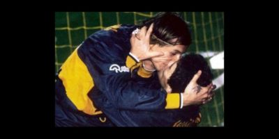 Claudio Caniggia y Diego Maradona: Es el beso más recordado en el fútbol. En 1996, Boca Juniors goleó 4-1 a River Plate, que recién se había coronado en la Copa Libertadores. En este partido, Caniggia marcó tres goles y Maradona lo felicitó con este beso. Foto:Twitter