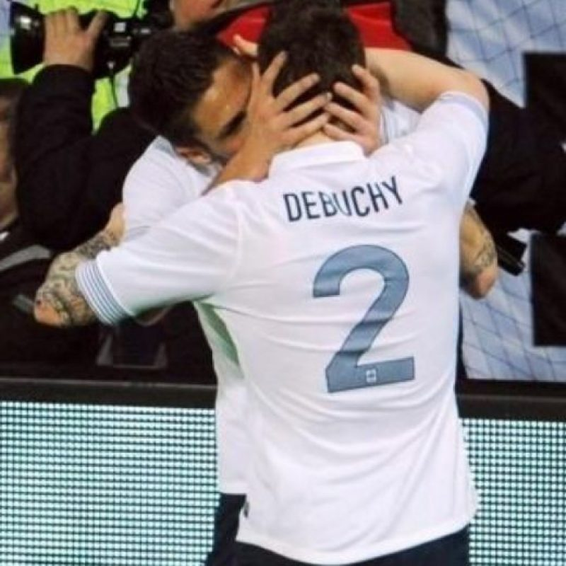 """Olivier Giroud y Mathieu Debuchy: En 2012, Giroud marcó un gol ante Alemania en partido amistoso, gracias a un pase de Debuchy y la mejor manera de agradecérselo fue con este beso. El partido terminó 2-1 a favor de """"Les Bleus"""". Foto:Twitter"""
