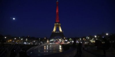 El gobierno francés anunció que iluminaría la Torre Eiffel con los colores de la bandera de Bélgica. Foto:AFP