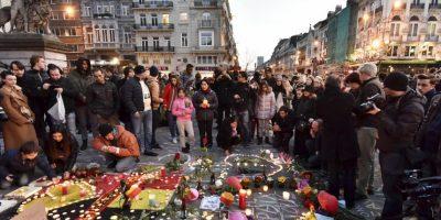 La gente llora a las víctimas en la plaza de la Bolsa de Bruselas. Foto:AP
