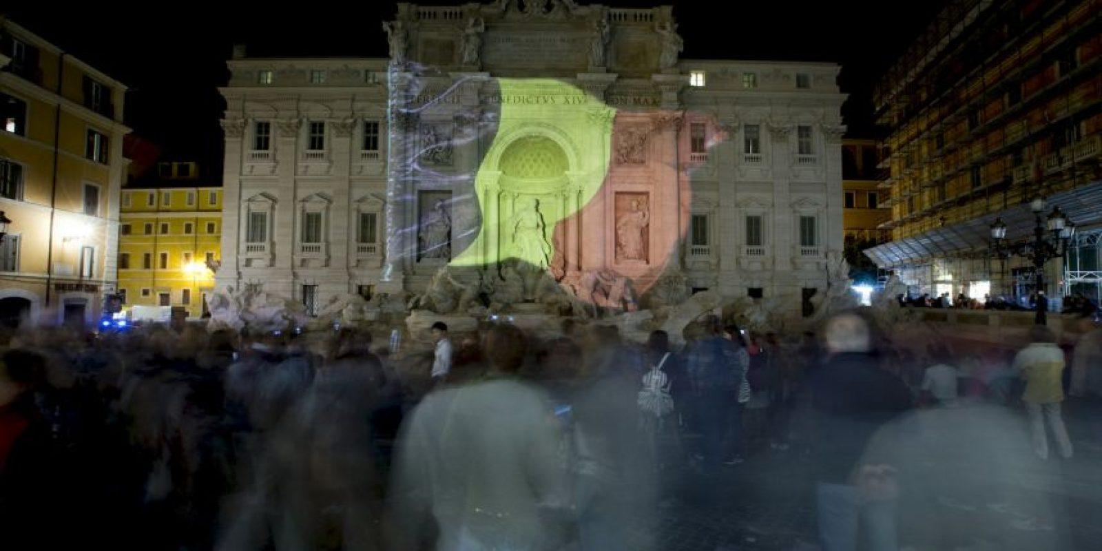 En Italia, el gobierno adornó de esta manera la Fontana de Trevi. Foto:AP