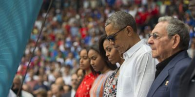 La familia presidencial se colocó a un lado del mandatario cubano, Raúl Castro. Foto:AP