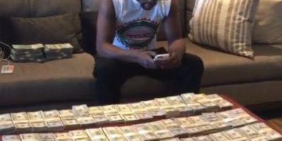 """Floyd Mayweather presume que gana millones de dólares sin """"mover un dedo"""""""