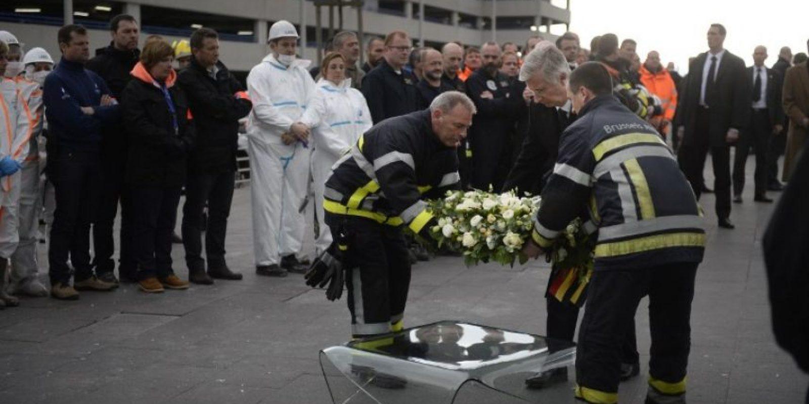 Se colocó un arreglo floral para conmemorar a las víctimas del atentado en el aeropuerto. Foto:AFP