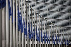 Tanto las banderas de la Unión Europea y del país ondearon a media hasta, pues se decretaron tres de luto nacional Foto:AFP