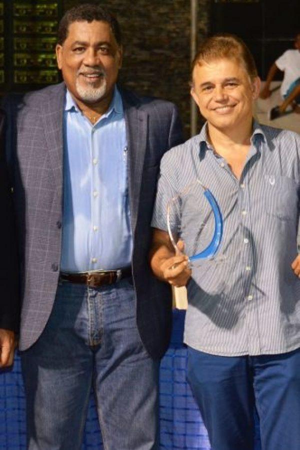 Juan Chalas recibe una placa por sus 40 años en el Club Naco entrega Andrés Bustamente Foto:Fuente Externa