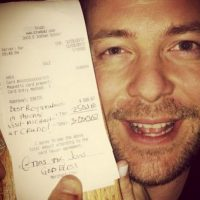 Al parecer se trata de un millonario que goza de compartir su fortuna con la gente. Foto:Vía Instagram/TipsForJesus