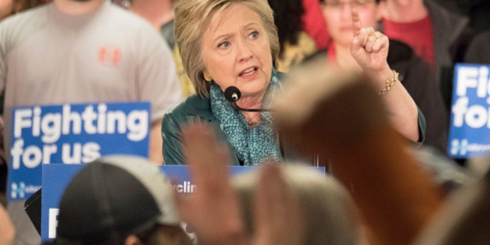 Clinton hizo lo mismo con Bernie Sanders, candidato que tenía esperanzas en Arizona. Foto:vía Getty Images