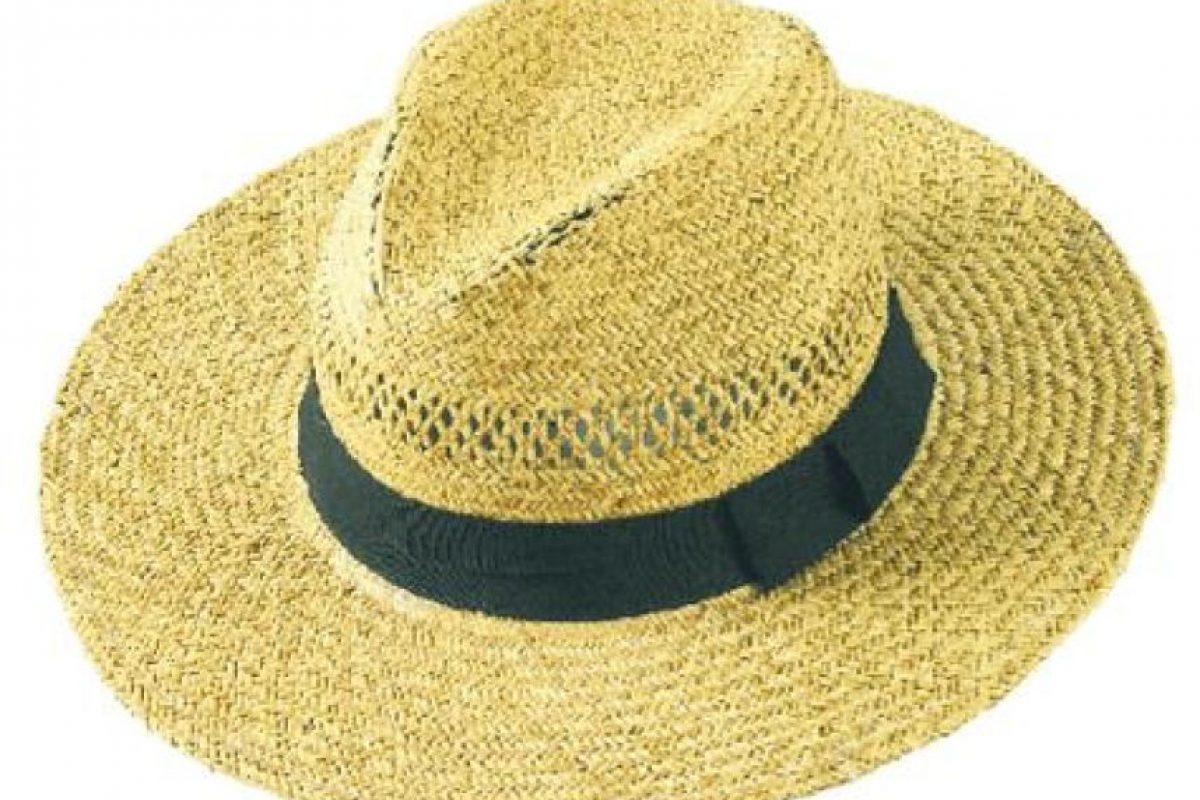 Sombrero o gorras. Estos accesorios son un complemento chic con el que puedes sacarle partido a tu look. Hay muchos estilos que podrían permitirte estar a la moda en la playa. Pero lo más importante es que estos protegen tu cabeza del sol, en caso de que se usen en el día. Foto:Fuente externa