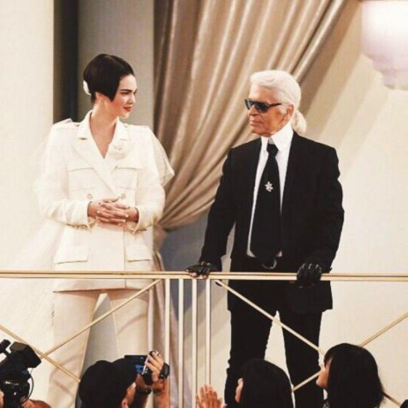 Con Karl Lagerfeld aceptando su contrato con Chanel. Foto:Vía Instagram/@kendalljenner