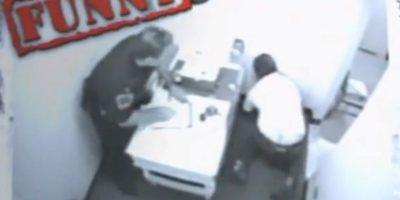 Mientras lo interrogaban, este hombre se golpeó la cabeza en la pared por no mantener el equilibrio debido a su estado etílico. Foto:Imgur