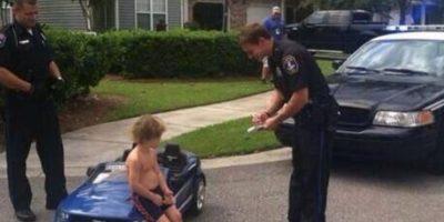 """""""No puede ir a esa velocidad y sin camiseta, señor. Aquí está su multa"""" Foto:Imgur"""