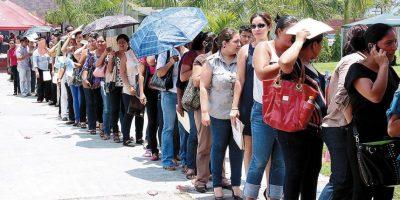 Jóvenes haciendo fila en una feria de empleo Foto:Fuente Externa