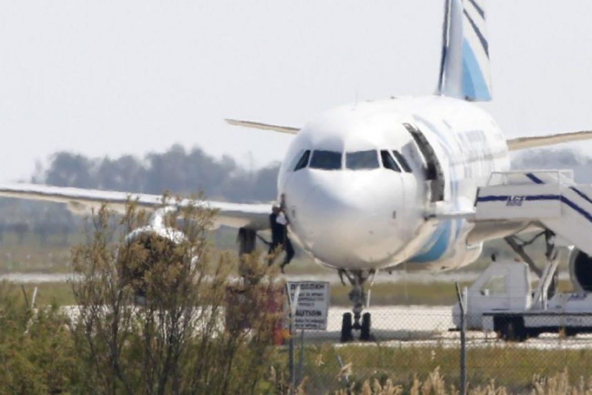 El huyó por una de las ventanillas del avión Foto:AFP