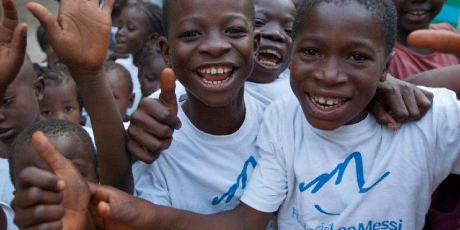 1. En junio de 2013 visitó Senegal en una misión humanitaria para repartir redes mosquiteros que ayudaran a combatir la malaria que entonces azotaba este país africano. Foto:Vía facebook.com/FundacionLeoMessi