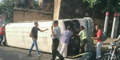 Cinco heridos al volcarse un autobús cerca al puente flotante