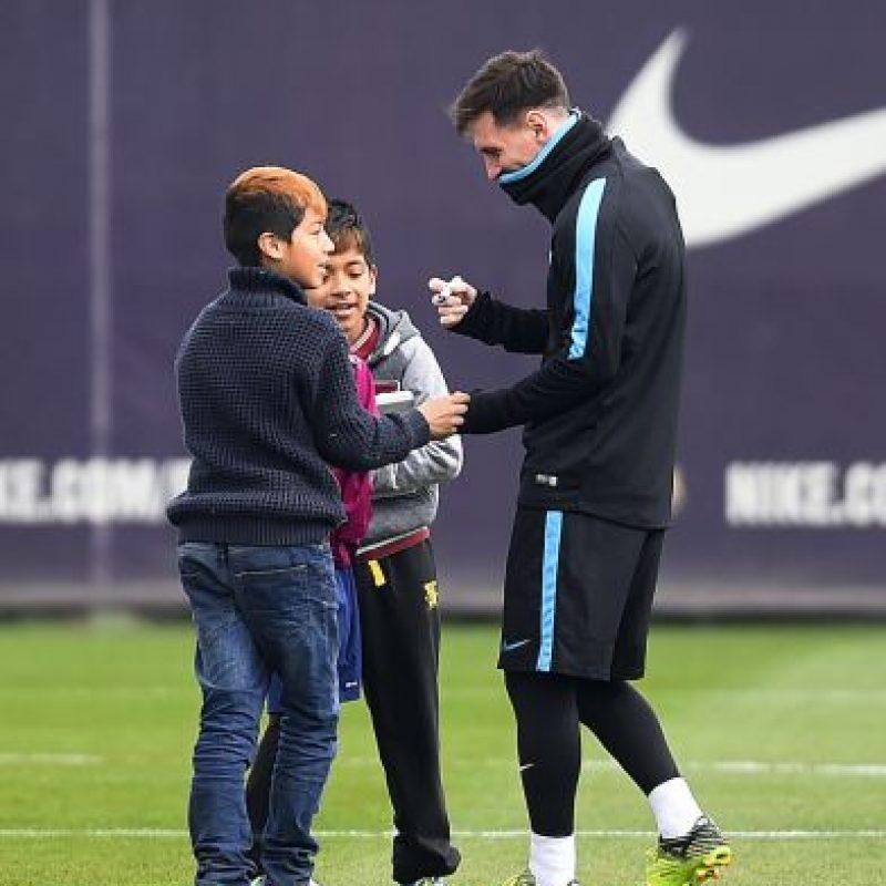 """Los niños lo visitaron en la Ciudad Deportiva del Barcelona, se tomaron fotos con él y la """"Pulga"""" les regaló a todos un kit del equipo catalán. Foto:Getty Images"""