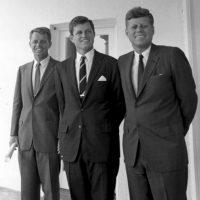 3. Los Kennedy: Joe, el patriarca, fue maldito por una gitana. El hijo mayor murió en la Segunda Guerra Mundial, Kathleen murió en un accidente de aviación, John F. Kennedy y Robert, asesinados. John John, en otro accidente de aviación. Foto:vía Wikipedia