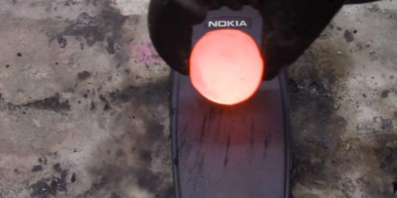 Resisten tres bolas de metal hirviento. Foto:carsandwater