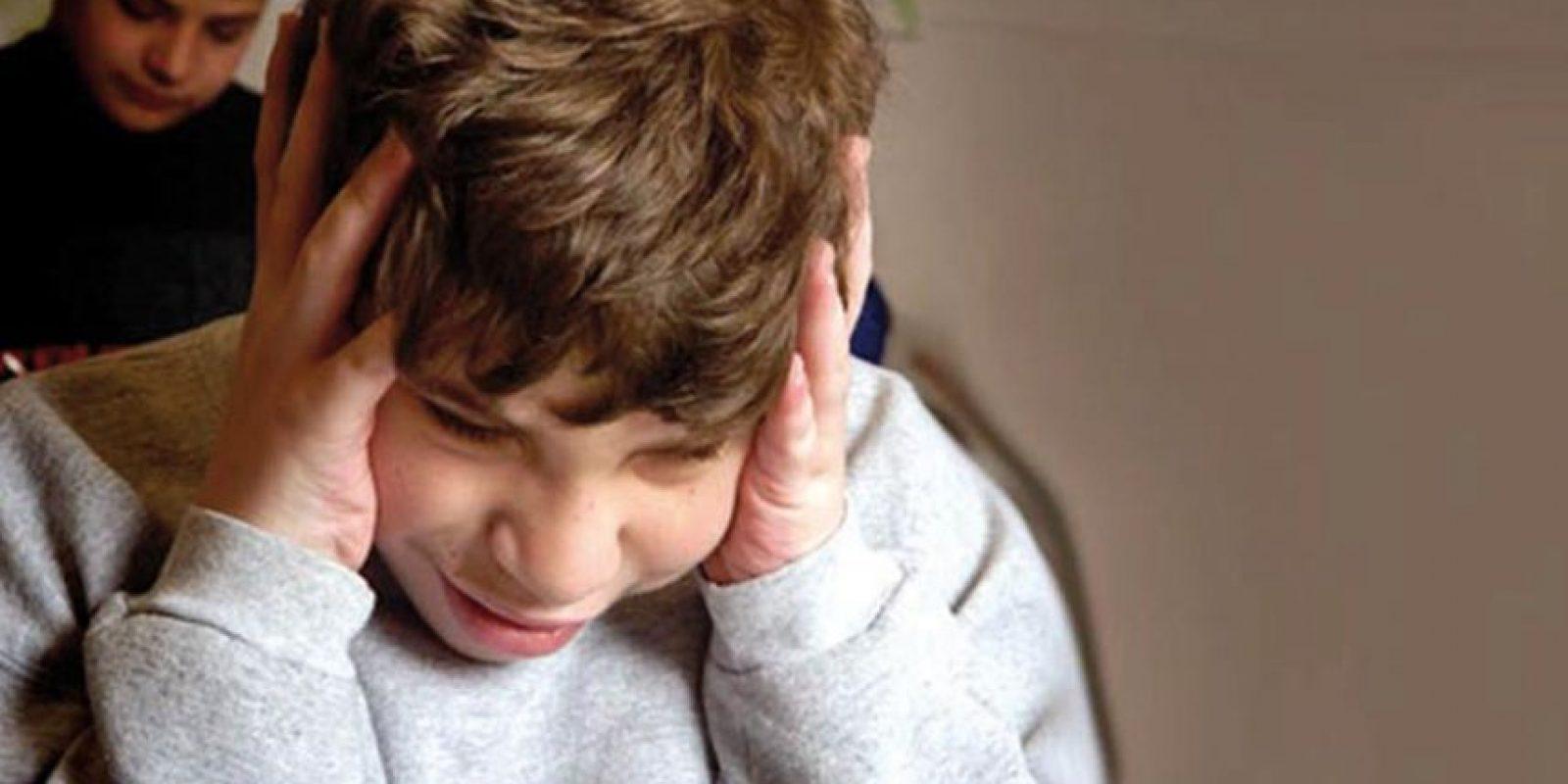 Dificultades para relacionarse con las personas. Los niños con este trastorno no se dejan mimar, evitan el contacto visual y no parecen querer o necesitar contacto físico o afecto. Pueden volverse rígidos o flojos cuando se los sostiene, llorar cuando se les levanta y mostrar poco interés en el contacto humano. No levantan sus brazos para ser cargados. Foto:Fuente externa