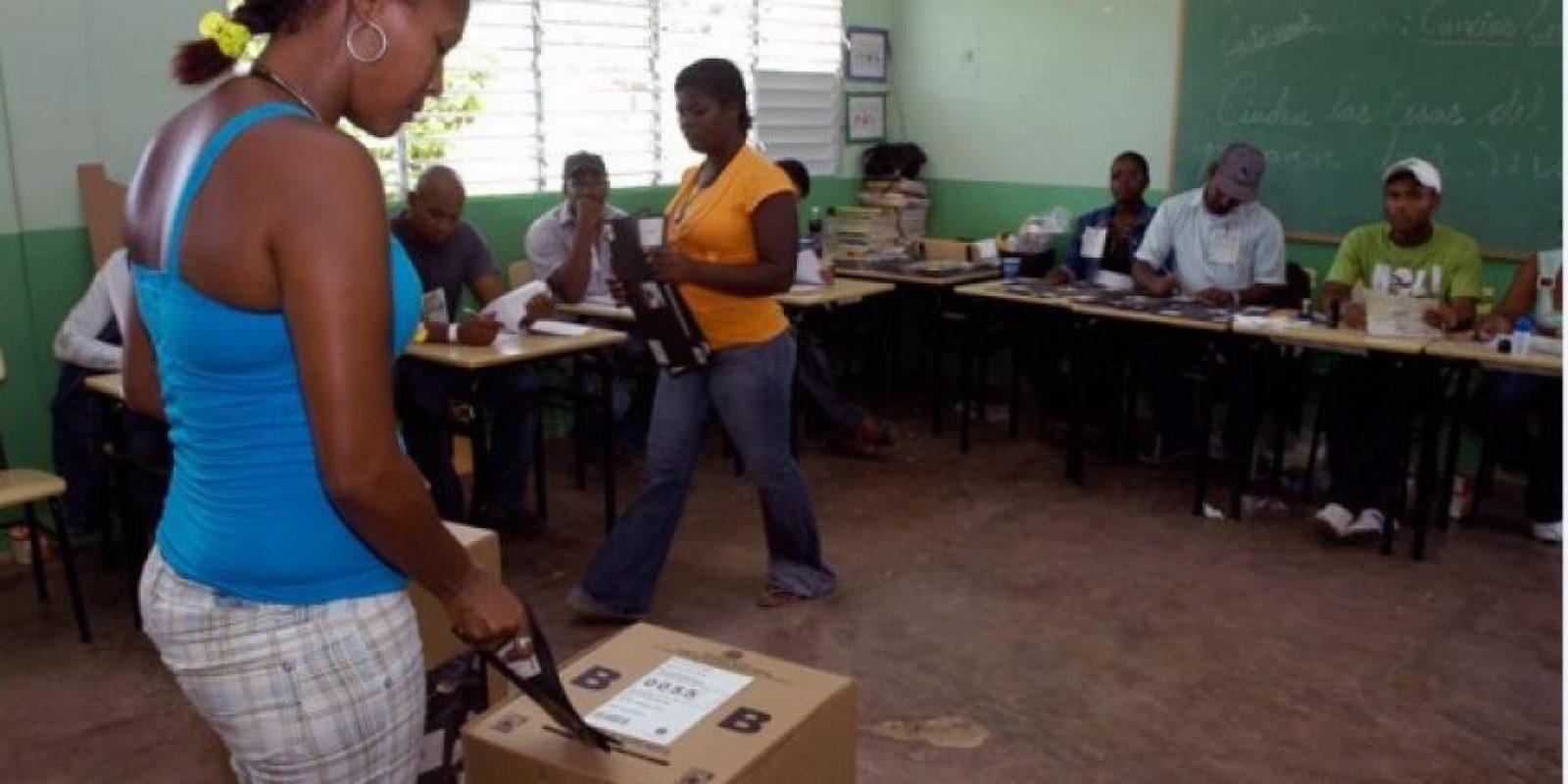 Una dominicana ejerciendo su derecho al voto Foto:Fuente Externa