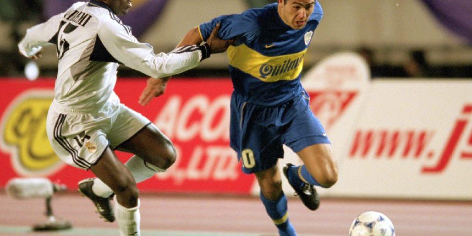 En un partido entre Boca Juniors y Banfield de la liga de Argentina, Juan Román Riquelme fue provocado por Fabián Santa Cruz. En una jugada, el mediocampista dejó de luchar por el balón y se detuvo para darle un golpe a Santa Cruz y recibió una tarjeta roja directa. La repetición de la televisión mostraría que el defensa se la pasó molestando a Riquelme metiéndole el dedo en el trasero. Foto:Getty Images