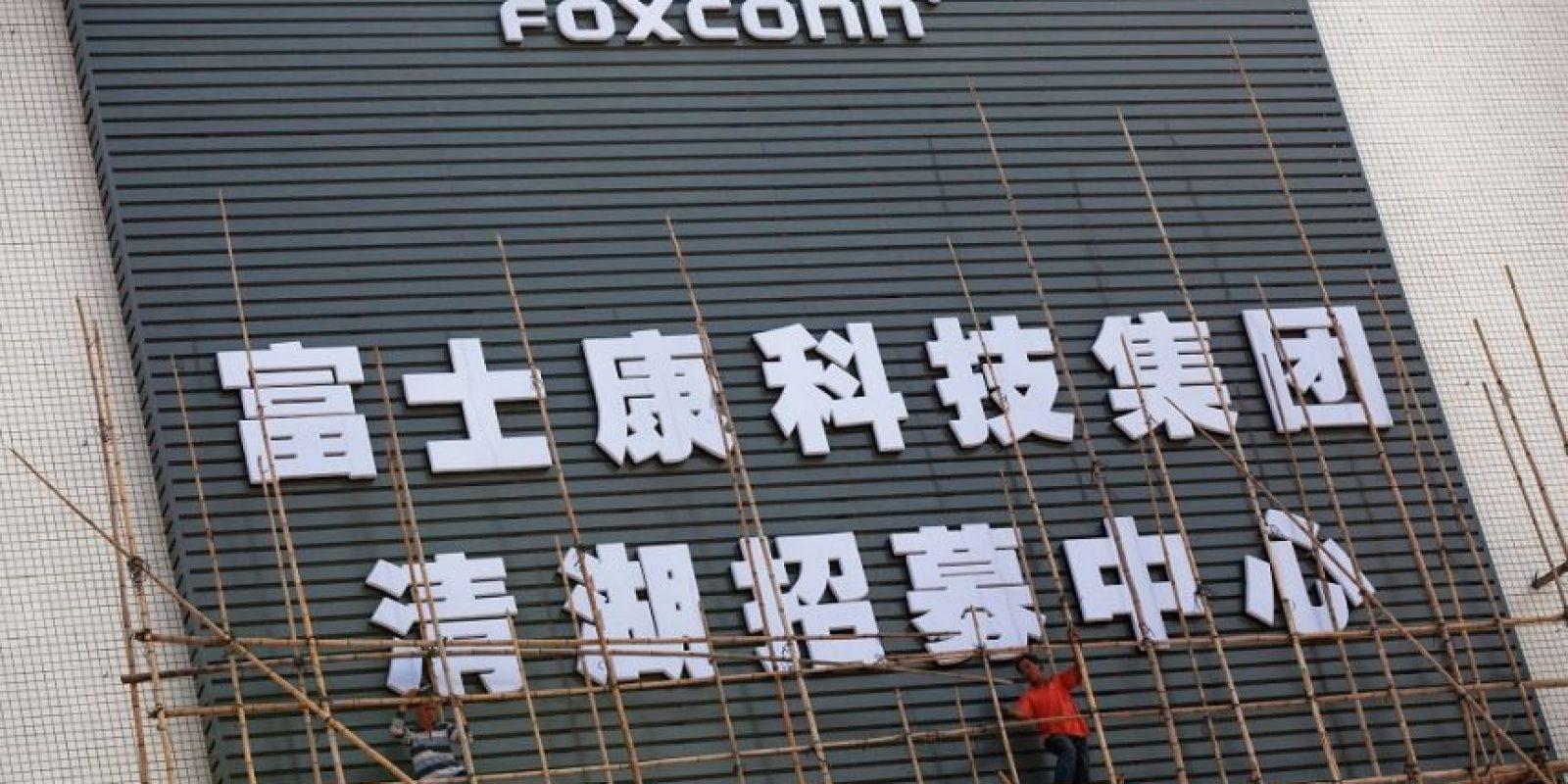 """Protesta """"suicida"""", En 2012, la compañía fue acusada de la explotación de más de 70,000 trabajadores chinos en la fábrica de Foxconn. Una auditoría detalló preocupaciones """"graves y urgentes"""" sobre el exceso de horas de trabajo, horas extras no pagadas, la salud y fallos de seguridad. Unos 150 trabajadores amenazaron con suicidarse saltando desde el tejado de la fábrica en protesta por sus condiciones. Foto:Fuente externa"""