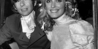 """El director Roman Polanski se quedó viudo de una forma horrible: su esposa Sharon Tate fue asesinada a puñaladas por la banda del famoso psicópata Charles Manson. Estaba embarazada de ocho meses. Escribieron """"Cerdo"""" con su sangre. Foto:vía Getty Images"""